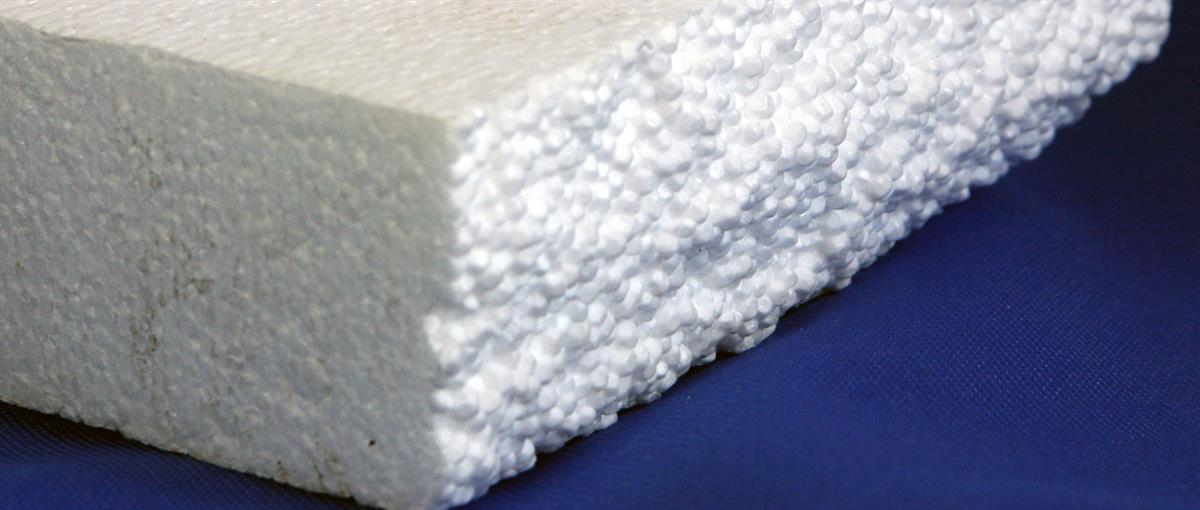Foto som viser nærbilde av kvit EPS/isopor på blå bakgrunn